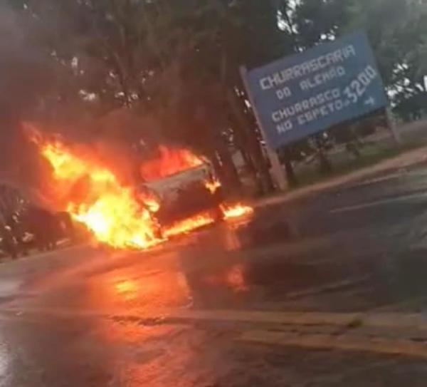 Automóvel é destruído pelo fogo na BR 468 em Coronel Bicaco