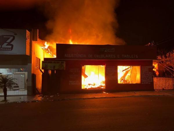 Incêndio destrói casa, sorveteria e loja em Coronel Bicaco