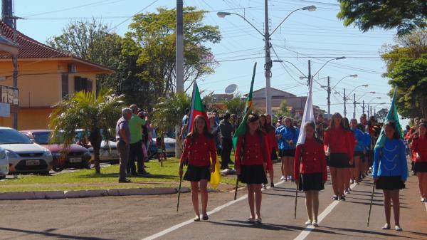 Redentora realizou desfile alusivo ao Dia da Independência