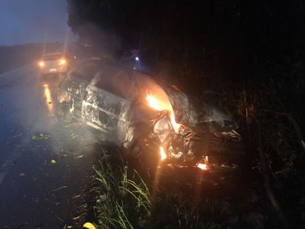 Automóvel é destruído pelo fogo no interior de Miraguaí